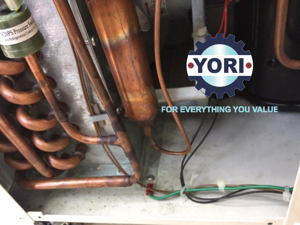Checking inside water chiller - Kiểm tra bên trong máy làm lạnh nước.