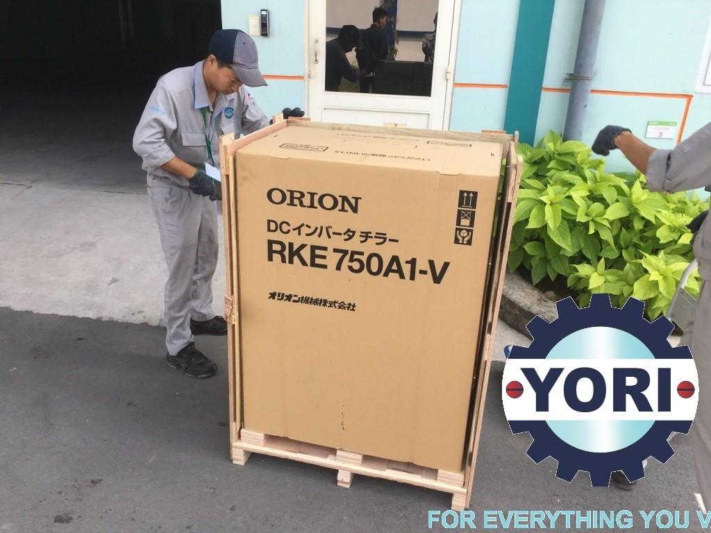 Unloading RKE750A1-V-G2 Unit – Tháo kiện cho chiller orion.