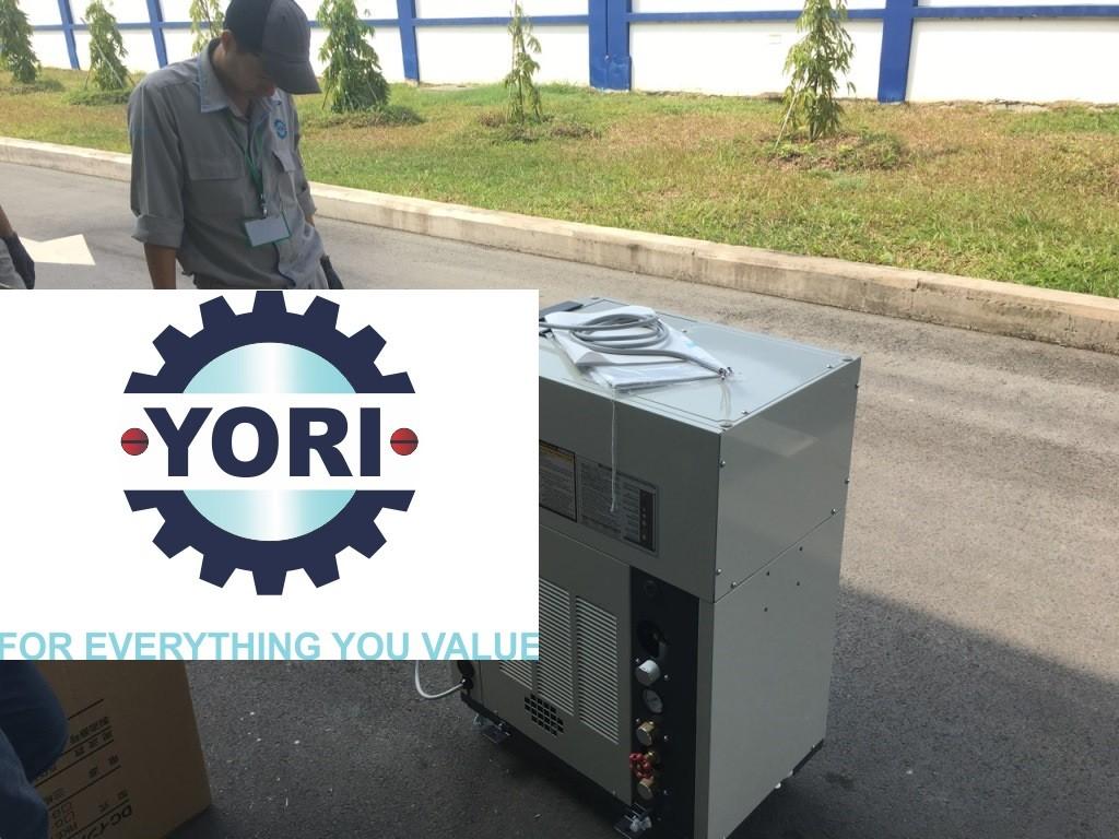 Finish unloading procedure - Hoàn thành công tác tháo dỡ kiện cho máy làm lạnh nước.