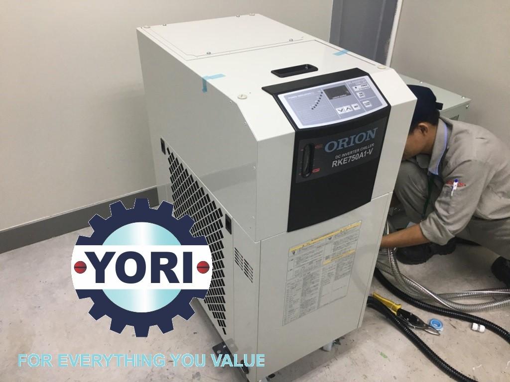 Connect the power cord  - Kết nối dây nguồn cho máy làm lạnh nước